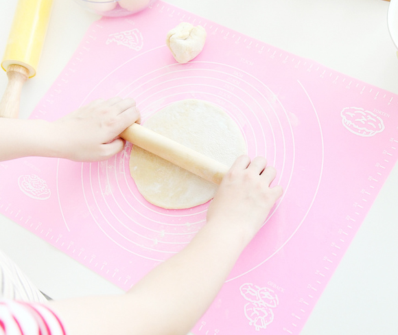 silicone rolling pad mat with a scale